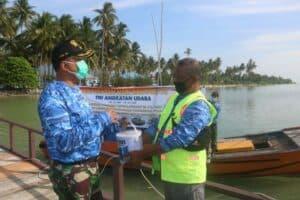 Peduli Pandemi Covid 19 di Hari Bakti TNI AU ke 74 Lanud Raden Sadjad Serahkan Bantuan Cat Kapal Nelayan Natuna 6