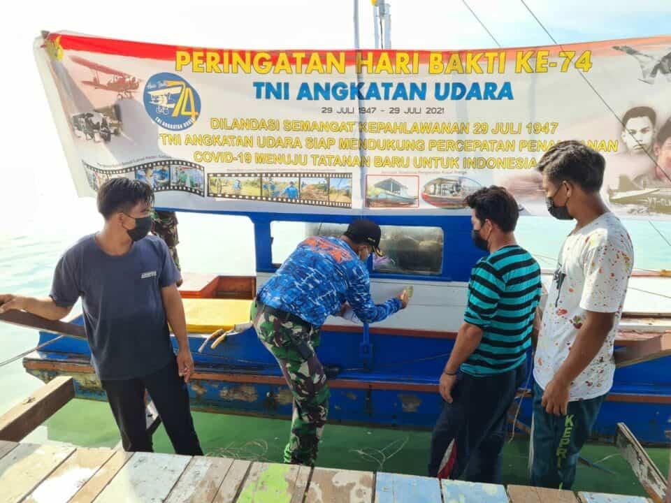 Peduli Pandemi Covid 19 di Hari Bakti TNI AU ke 74 Lanud Raden Sadjad Serahkan Bantuan Cat Kapal Nelayan Natuna 7