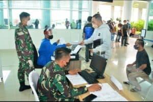 Nakes Rumah Sakit TNI AU Sjamsudin Noor Bantu Layanan Vaksinasi Gratis Bagi Penumpang Pesawat di Bandara Internasional Syamsudin Noor