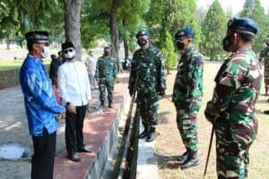 Komandan Kodiklatau Pimpin Upacara Pemakaman Mantan Wakasau.