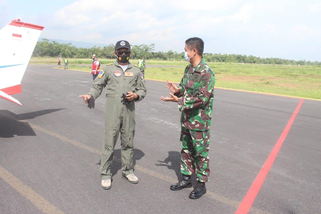 Danlanud J.B. Soedirman Letkol Nav Marino Adam Darmawan S.T., M.M. saat menyambut kedatangan Pesawat Latih Taruna dan Taruni AAU di Apron Lanud J.B. Soedirman