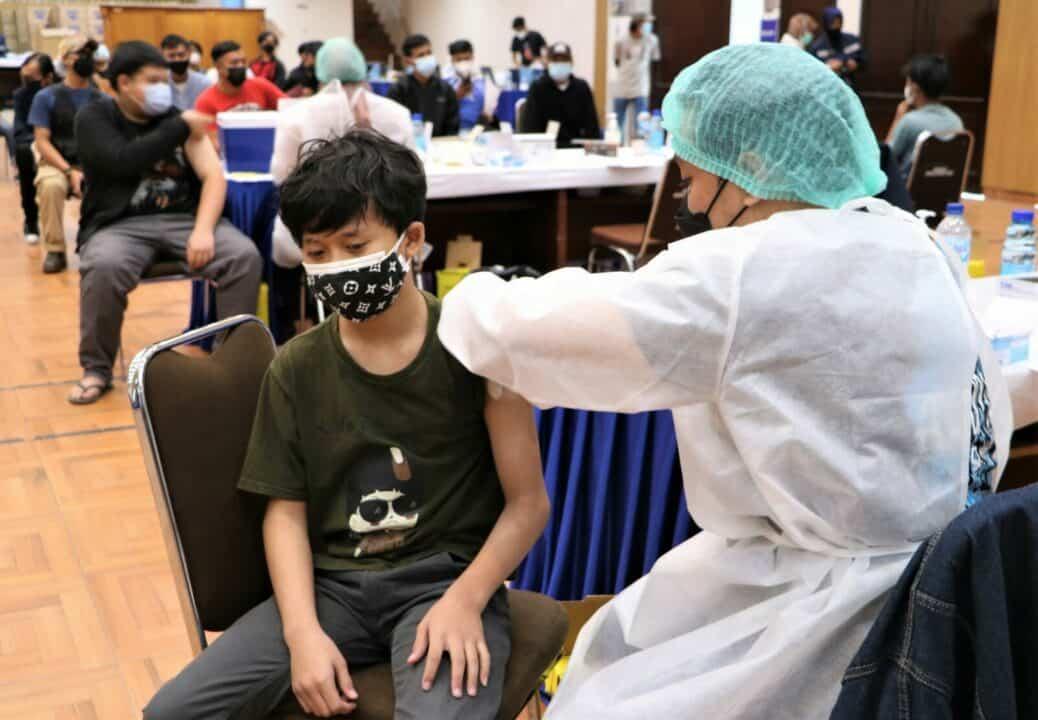 anak anak remaja yang mengikuti vaksin