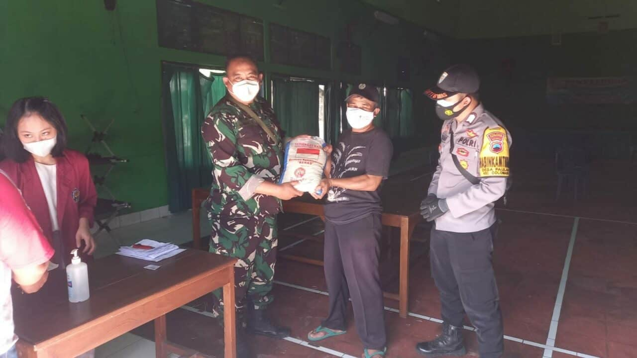 foto Babinpotdirga monitoring penyaluran bantuan beras