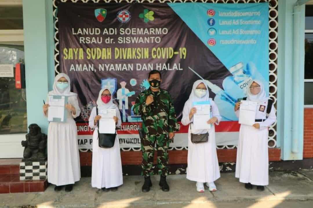 foto bersama SMA Pradita Dirgantara dengan Kasibinpers stlh vaksin