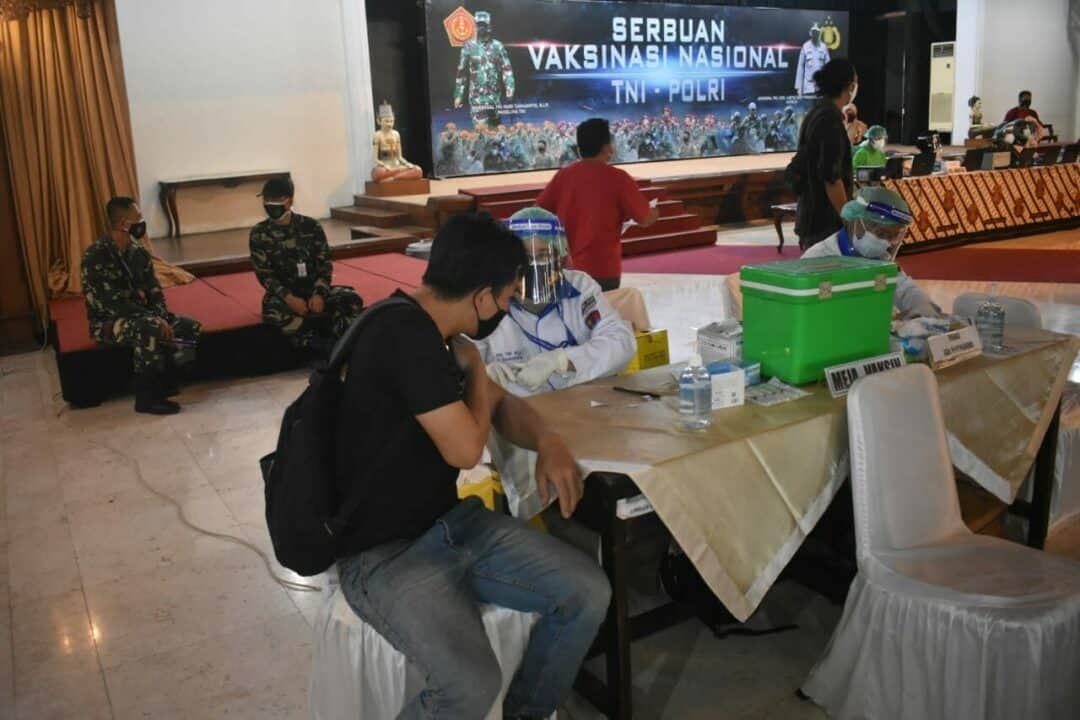 foto serbuan vaksinasi TNI Polri di Ged Wanita Manahan