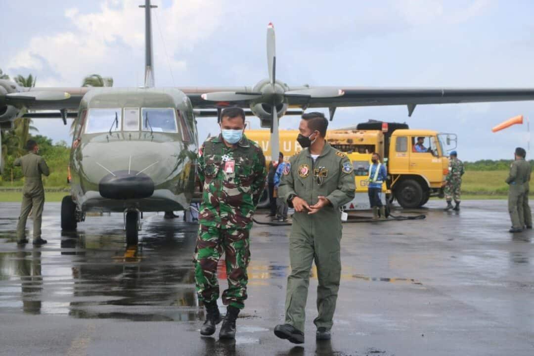 Mendarat Mulus Perdana di Natuna, Awak Pesawat Cassa N-212i TNI AU di Sambut Danlanud RSA