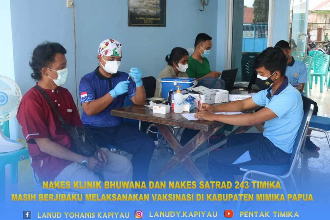 nakes klinik bhuwana dan satrad 243 timika masih berjibaku melaksanakan vaksinasi
