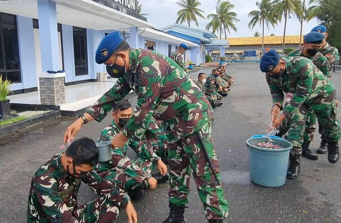 Tradisi Personel Naik Pangkat di Lanud Raden Sadjad Natuna, Disiram Air Kembang