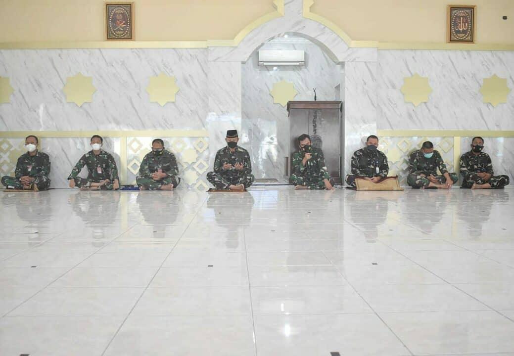 foto doa bersama di Masjid Daruttholibin